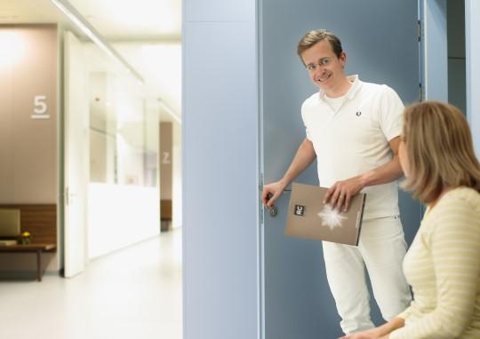 Radiology Center - Patientin wird zum Röntgen aufgerufen